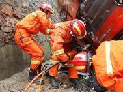 恩施一货车失控翻入建筑工地 消防破拆营救被困司机