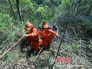 货车冲下山崖 十堰消防群众合力救出受困人员