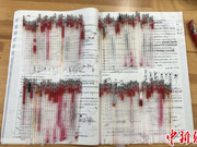 """暖!高三老师用110根红笔芯""""护送""""学生高考"""