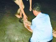 小伙酒后江边散步滑入江中 老民警跳江救人抢回一命