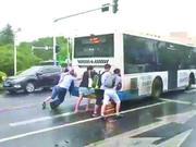 武汉一公交早高峰抛锚影响交通 5壮汉冒雨推车