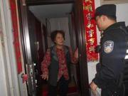 男子中秋夜给老母打电话没人接 民警上门助报平安