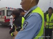 七旬老人骑摩托车在高速上摔倒 民警救援助其脱险