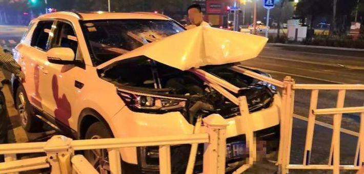湖北一SUV被护栏插入车身