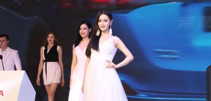武汉国际车展开幕:新车夺目 美女如云