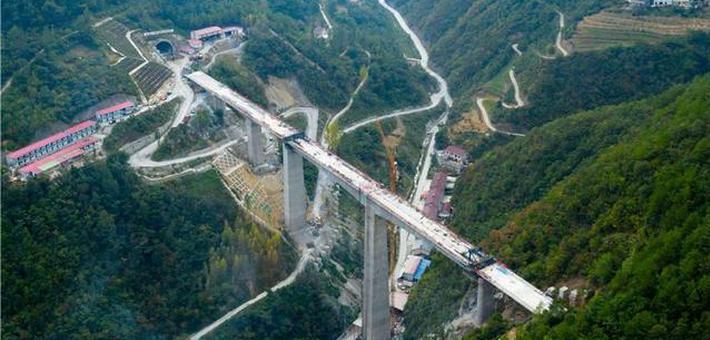 郑万高铁湖北段小横溪双线大桥合龙