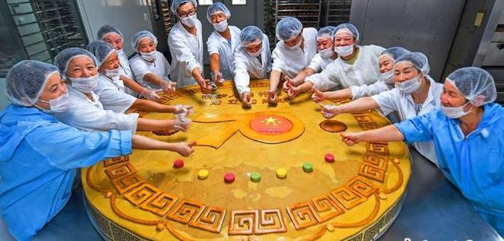 食品公司创作超级月饼祝福祖国
