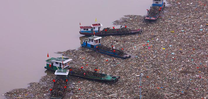 宜昌:三峡大坝库区处理漂浮物