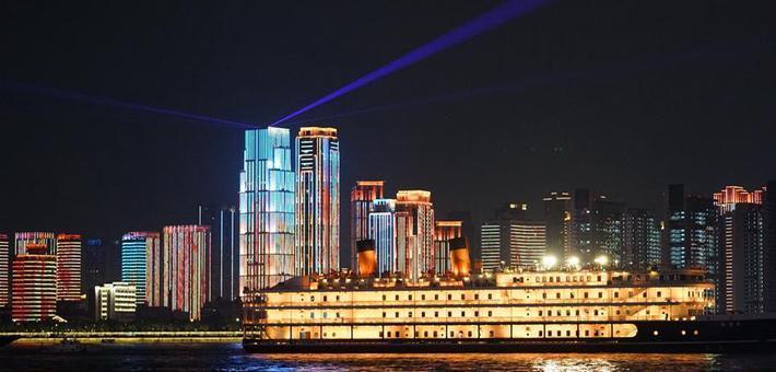 武汉25公里江滩上演全新灯光秀