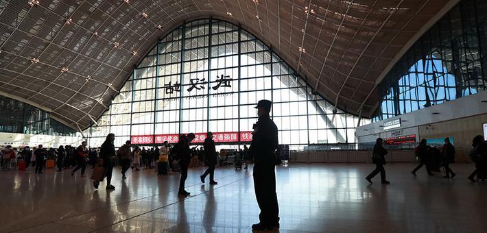 武汉乘务人员和旅客高铁上共迎2021