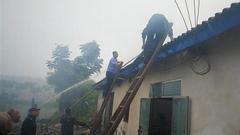 村民厨房烧水致失火 民警从火海中抢出三个液化气罐