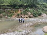 湖北房县75岁老太被困河沟5天 警民联手救出