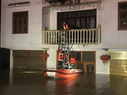 恩施一地村民房屋被洪水围困 消防搭梯救出4人