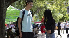 武汉一高校迎高2米03新生 学校为他打通两个床位