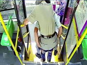 """轮椅爹爹下车困难 """"公交哥""""直接背下车"""
