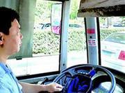 女子公交车上晕厥 公交司机满头大汗抱送急诊室抢救