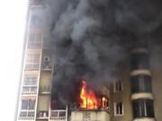 蔡甸一29层住户家中起大火 物业和消防爬楼破门扑救