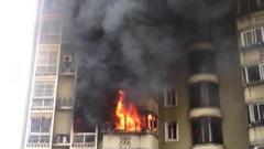 蔡甸一住户家中起大火 物业和消防爬楼破门扑救