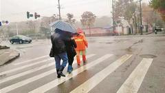 环卫工雨?#26143;?#24341;盲人夫妇过马路 抓拍照片引出暖心故事