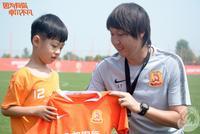 武汉卓尔小球迷愿望实现 获得李铁亲切拥抱面授球技