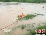 湖北宜昌两市民钓鱼被困河中心 消防牵绳淌水救人