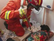 荆州老人手臂被卡便池 消防员跪地救援