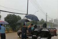 特勤车、铲车齐上阵 暴雨中东西湖城管护送学生中考