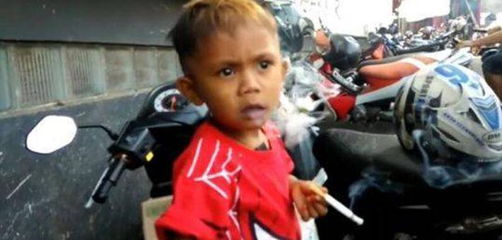 2岁男孩吸烟成瘾 妈妈每天买两包烟