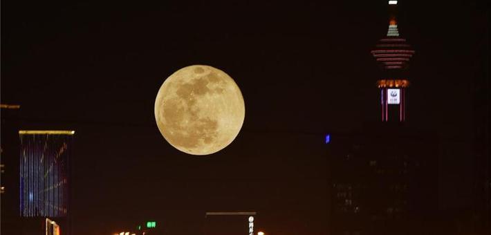 """新年首次""""超级月亮""""挂上夜空"""
