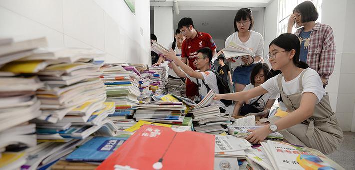 邯郸一中毕业生义卖捐赠图书