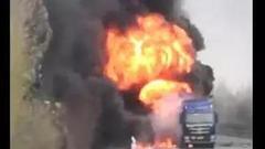 两辆油罐车追尾起火爆炸 威县村支书火海救人