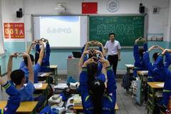 """高考前的""""最后一课"""" 同学们向班主任做比心手势"""