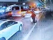 郑州车长扔下一车乘客冲进车流 乘客却齐齐为他跷起大拇指