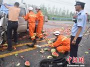 """车祸中交警脱下警服为伤员遮雨 市民为""""光背交警""""点赞"""
