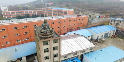 郑州废弃厂房楼顶空降5米高大佛