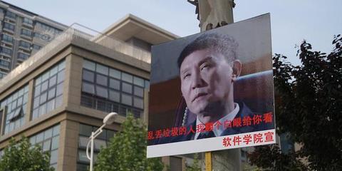 郑州高校挂达康书记表情包标牌 宣传环保