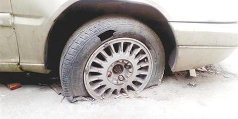 郑州一辆轿车三年不挪位 车轮被砌进水泥