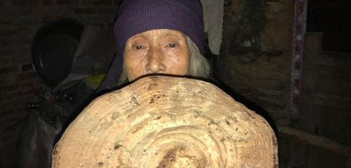 84岁老太独居深山采药为生 健步如飞