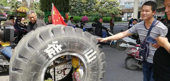 郑州街头小伙推着轮胎回老家山东