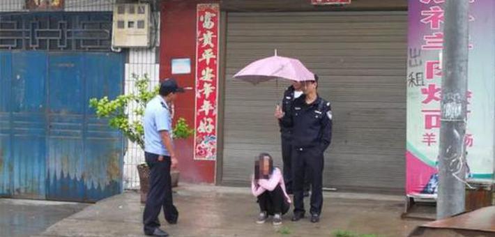 女子发病 雨中民警轮番为其撑伞