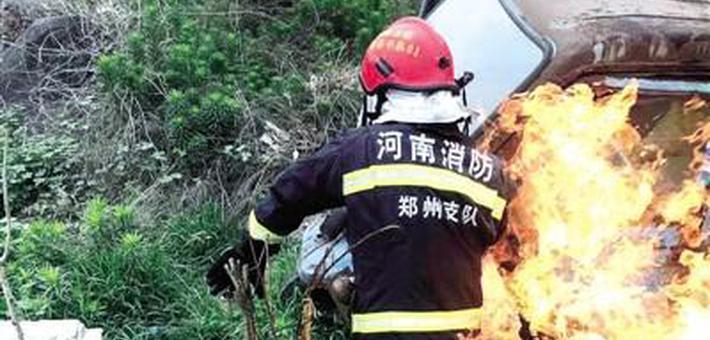 """郑州""""抱火哥""""火灾中拖出燃烧煤气罐"""