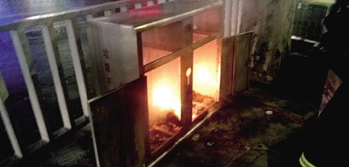 男子随手把烟头扔到垃圾箱引大火