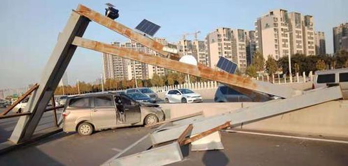 郑州一面包车撞断限高架
