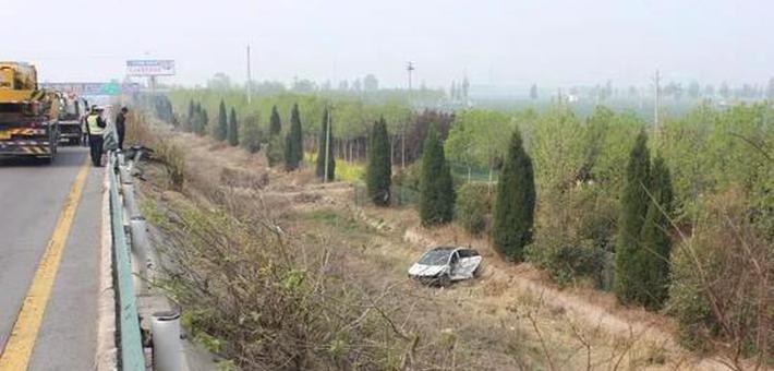 男子开车上高速散心 翻进沟里
