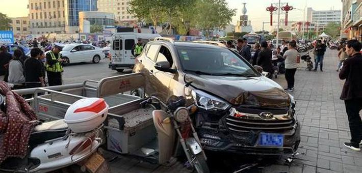 女司机把油门当刹车 冲上人行道
