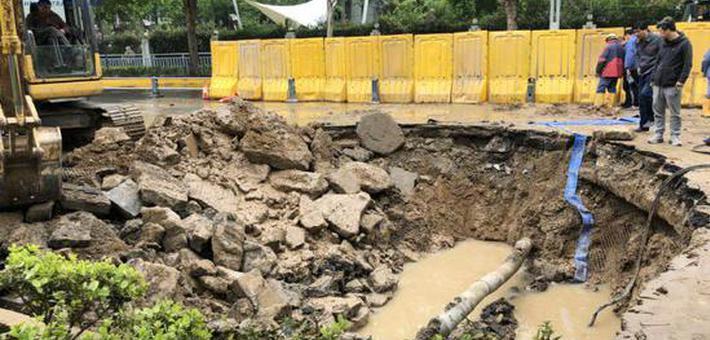 郑州一路段出现大面积塌陷
