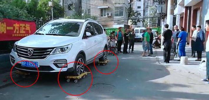"""郑州一轿车被穿上""""溜冰鞋""""挪走"""