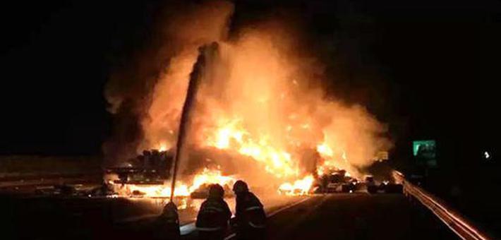 漯河发生车祸 救援现场爆炸声不断
