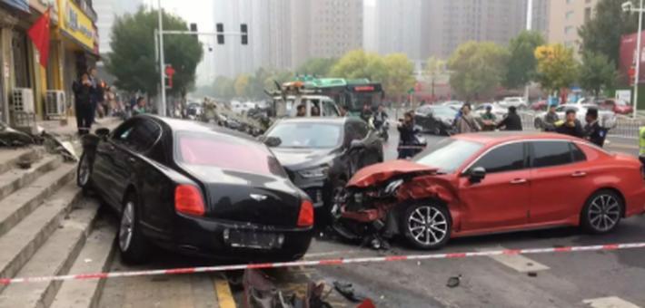 郑州街头宾利车逆行连撞两车