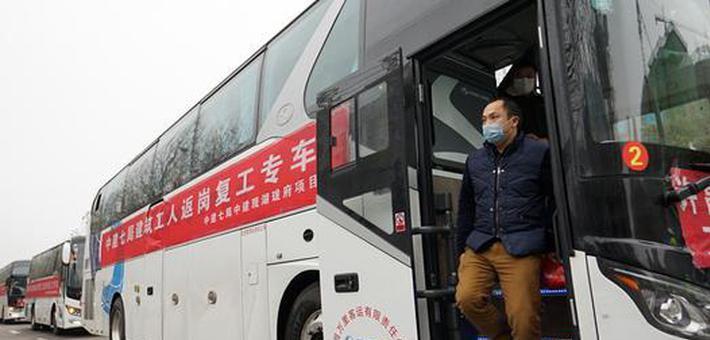 """河南许昌:""""返岗专车""""免费接回务工人员"""